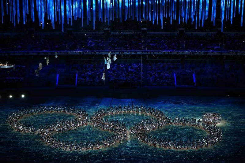 Dançarinos formam os anéis olímpicos durante a cerimônia de encerramento de Sochi