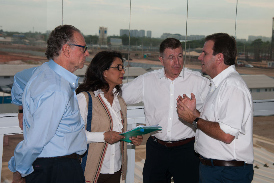 Carlos Nuzman, Nawal El Moutawakel, Gilbert Felli e Eduardo Paes visitam as obras do Parque Olímpico da Barra da Tijuca: na última visita de inspeção do COI, em março