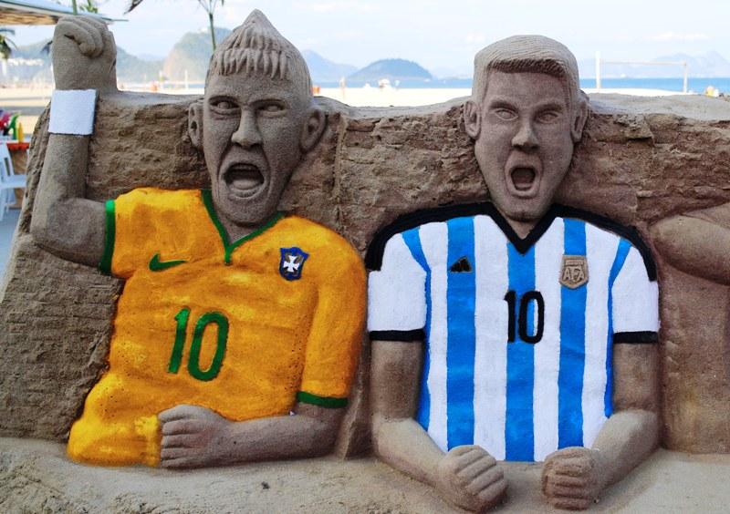 Escultura em areia, na praia de Copacabana, no Rio, representando os craques Neymar (Brasil) e Messi (Argentina)