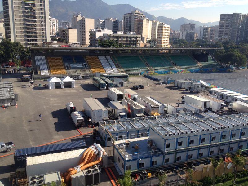 Visão do estacionamento criado na pista do Célio de Barros