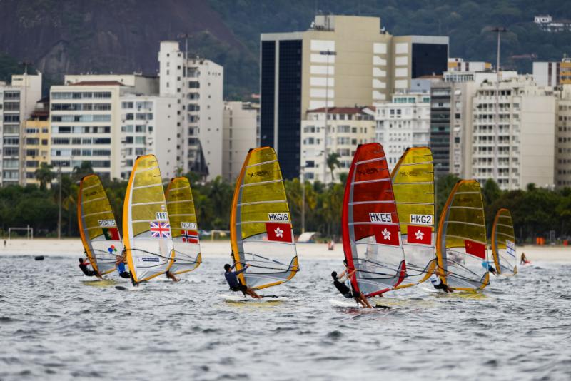 Iatistas da classe RS:X treinam para o evento-teste na Baia de Guanabara, o primeiro dos Jogos de 2016