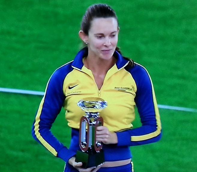 Fabiana Murer exibe o troféu  após conquistar o título da Liga de Diamante no salto com vara