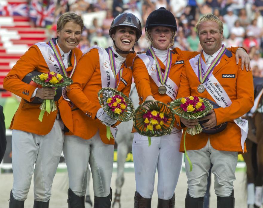 Equipe da Holanda comemora a medalha de bronze no Mundial de CCE e a vaga olímpica