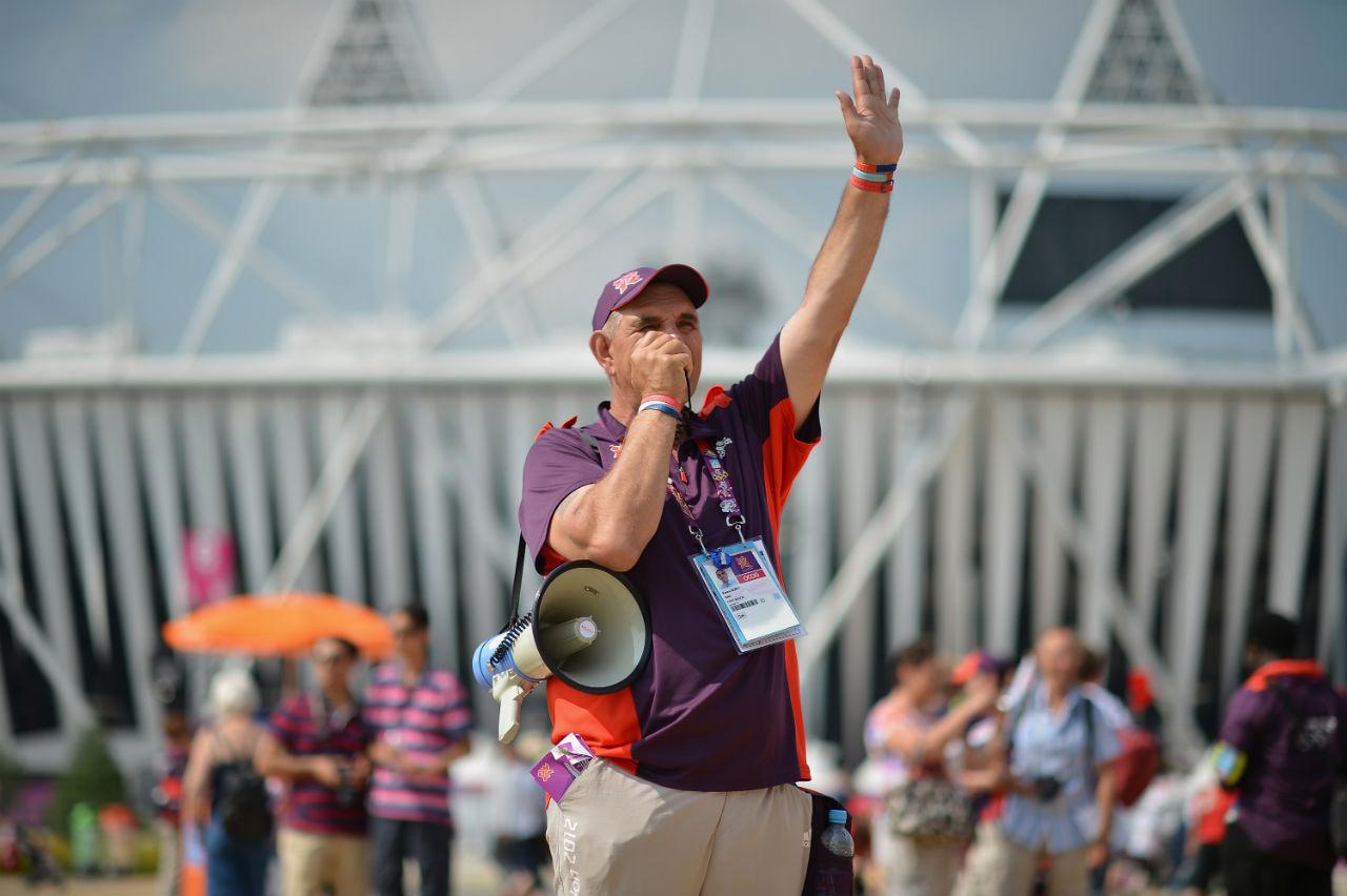 Voluntário orienta a chegada de público no Parque Olímpico de Londres, em 2012: função vital para o sucesso dos Jogos