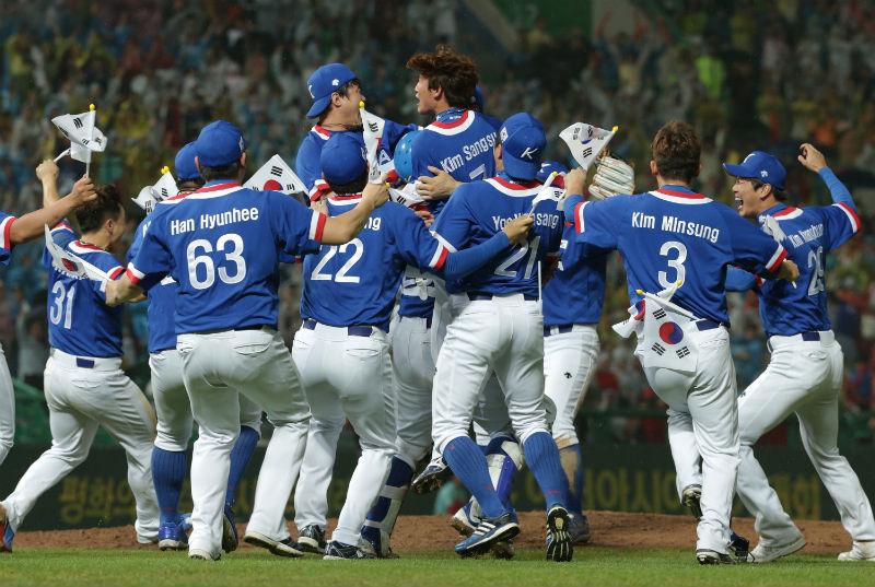 Jogadores da Coreia do Sul comemoram a vitória sobre China Taipei na final dos Jogos Asiáticos: beisebol confia na volta às Olimpíadas