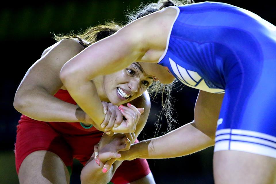 A brasileira Aline Ferreira (de vermelho) encara a americana Adeline Gray na decisão da medalha de ouro do Mundial