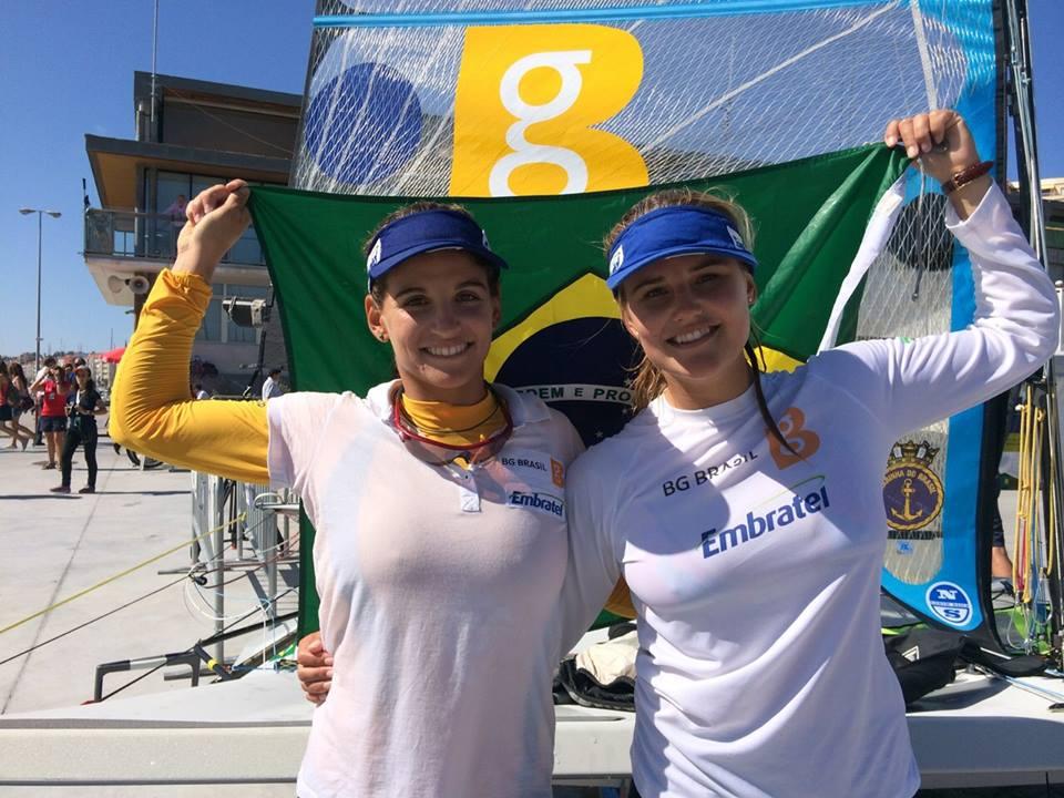 Martine Grael e Kahena Kunze comemoram a conquista do Mundial de Santander na 49er FX