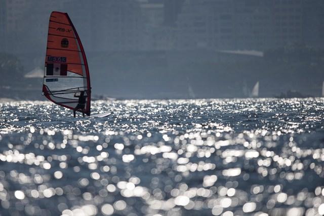 Barco do México navega pela Baia de Guanabara, local das provas de vela nos Jogos de 2016