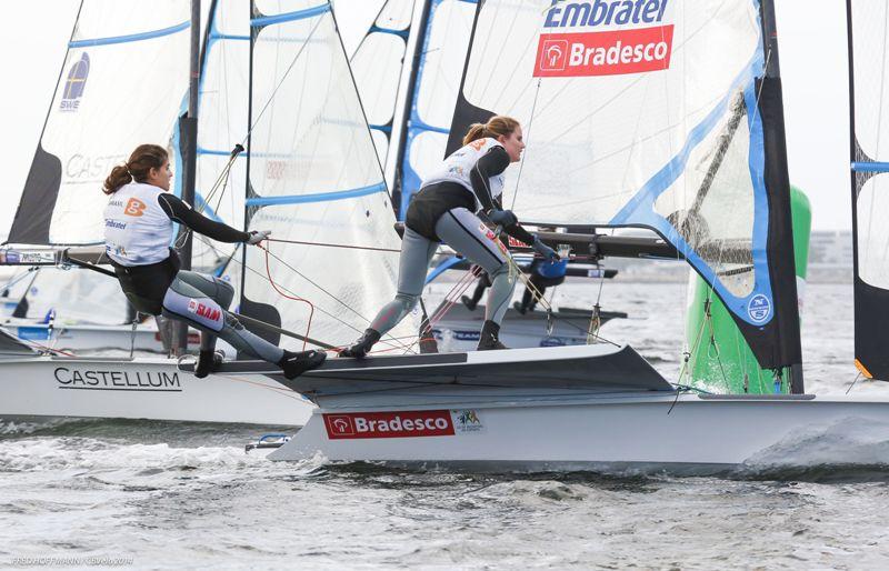Velejadoras Martine Graelk e Kahena, da classe 49er FX e que integra a equipe brasileira no Mundial de vela de Santander (ESP)