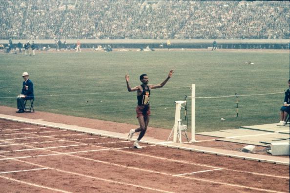 O etíope Abebe Bikila cruza a linha de chegada da maratona nas Olimpíadas de Tóquio, em 64