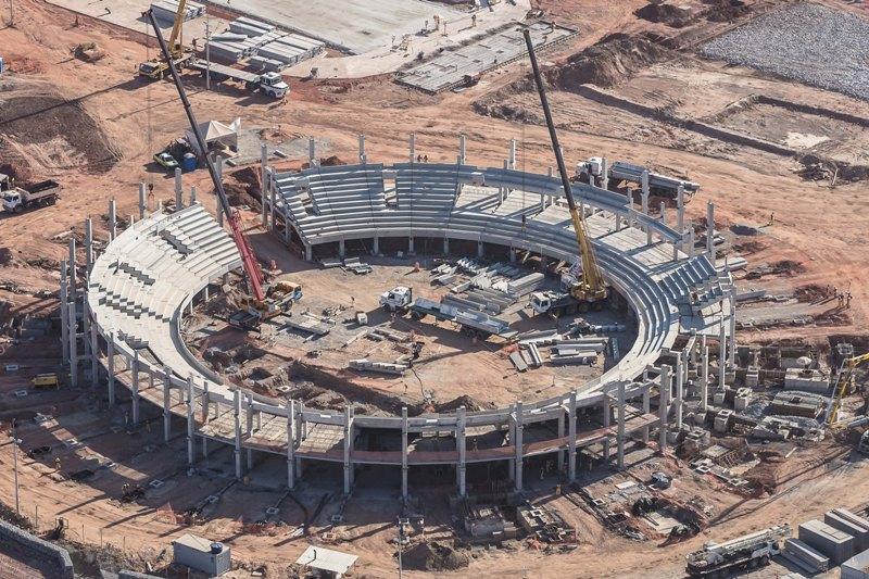 Imagem aérea da obra do estádio principal do Centro de Tênis