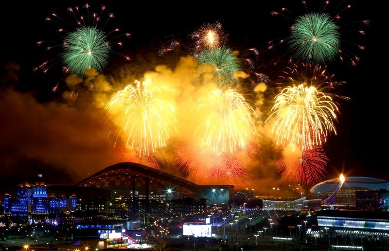 Fogos de artifício enfeitam o céu de Sochi, durante a cerimônia de abertura dos Jogos de Inverno deste ano