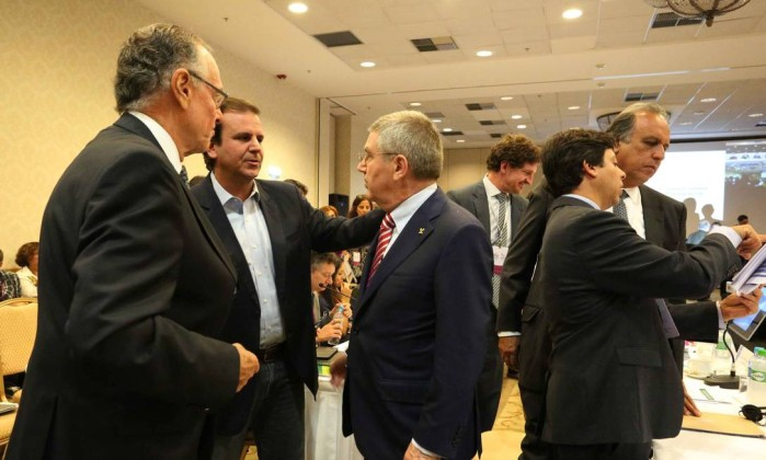O prefeito do Rio, Eduardo Paes, conversa com Thomas Bach, presidente do COI. Ao lado, Carlos Arthur Nuzman, mandatário do Rio 2016