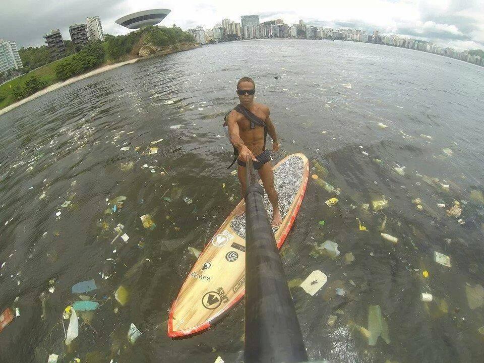 Foto colocada em uma rede social pelo velejador Ricardo Winicki, mostrando a poluição na Baia de Guanabara