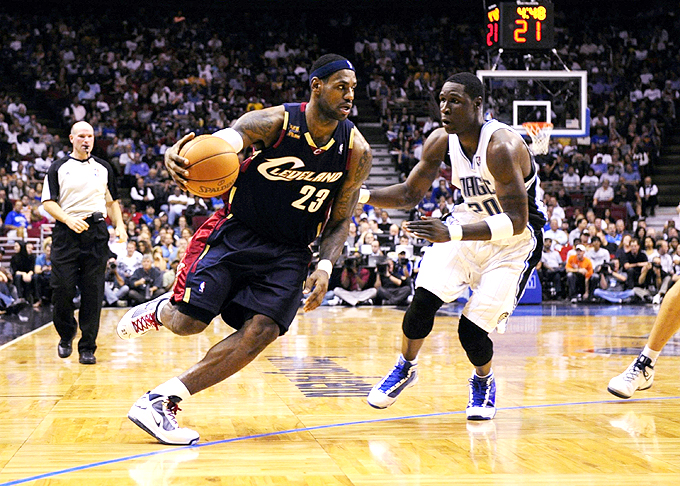 LeBron James passa por Mickael Pietrus na vitória do Cavs sobre o Magic (foto: Getty Images)