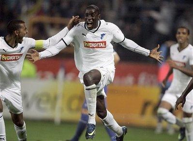 Demba Ba comemora seu gol