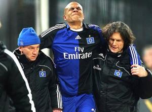 Alex Silva sai machucado de jogo do Hamburgo