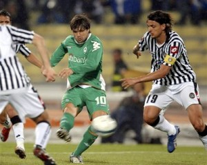 Diego chuta para marcar sobre a Udinese