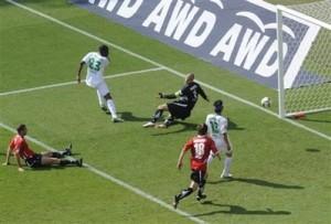 Grafite chuta para marcar contra o Hannover