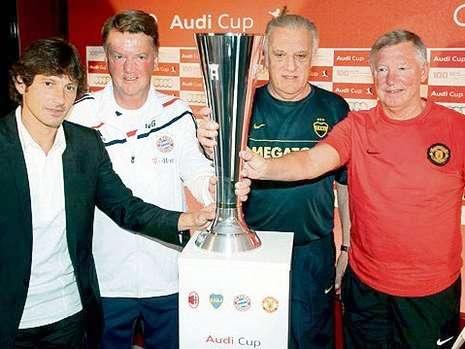 Técnicos com a taça da Audi Cup