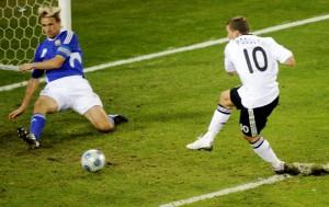 Podolski marcou contra Finlândia aos 45 do 2º