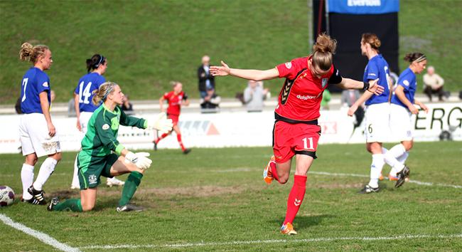 Simone Laudehr comemora o seu gol pelo Duisburg nesta quarta-feira