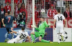 Ribéry toca por cima do goleiro e marca um golaço para o Bayern