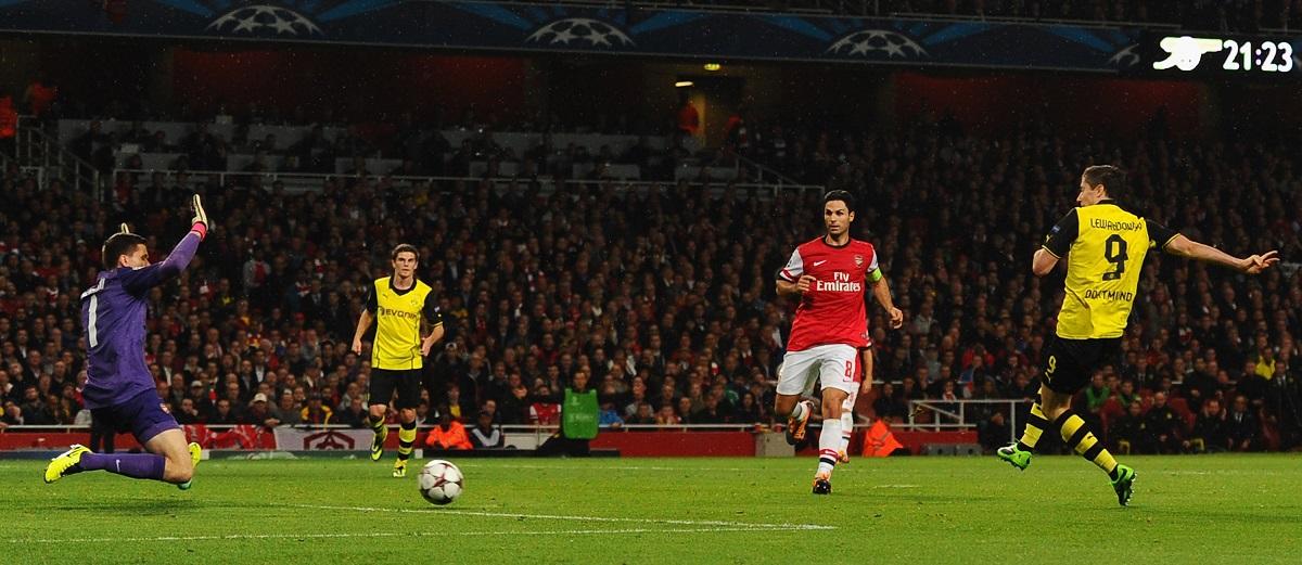 Lewandowski chuta às 21h23, horário de Londres, para decretar a vitória do Borussia Dortmund