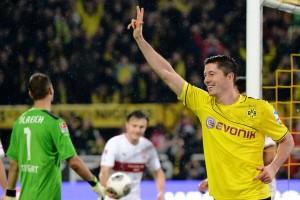 Lewandowski fez três sobre o Stuttgart