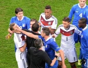 Thiago Motta acertou um tapa no rosto de Kroos, mas só levou o cartão amarelo