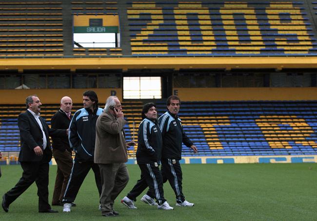 Maradona reconhece o campo de batalha/AFP