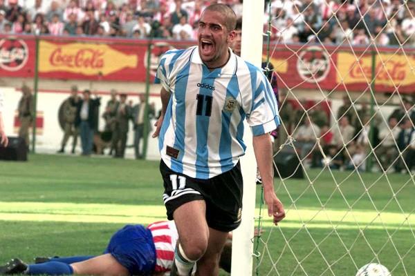Verón, que também joga hoje, comemorava em 1997