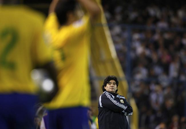 Nunca Maradona foi tão pequeno (Reuters)