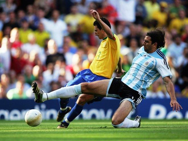 Elano deixa Bilos para trás e marca no Emirates Stadium, em Londres (Getty Images)
