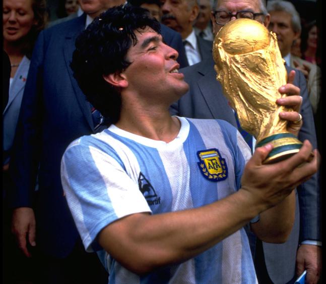 Maradona levanta a Taça FIFA em 1986 (Getty Images)