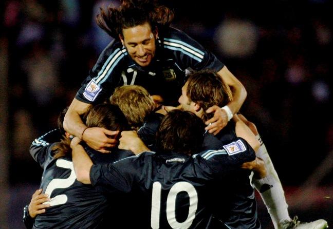 Bolatti marca o gol salvador em um jogo de compadres, apesar da pancadaria (Reuters)