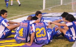 Jogadores do Tomba comemorando um gol.
