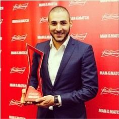 Karim e o troféu pelo melhor desempenho em França 5 x 2 Suíça, imagem que compartilhou em seu Instagram