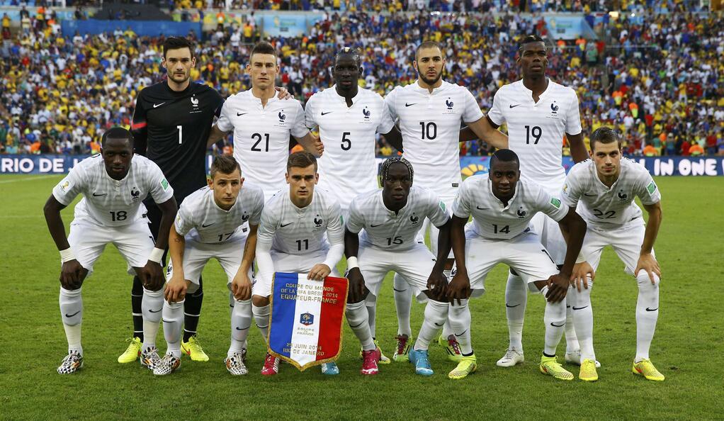 Terceira combinação de uniforme diferente da França: hoje toda de branco, contra Suíça de branco-azul-branco, e contra Honduras de azul-azul e vermelho, de cima para baixo (Le Monde)