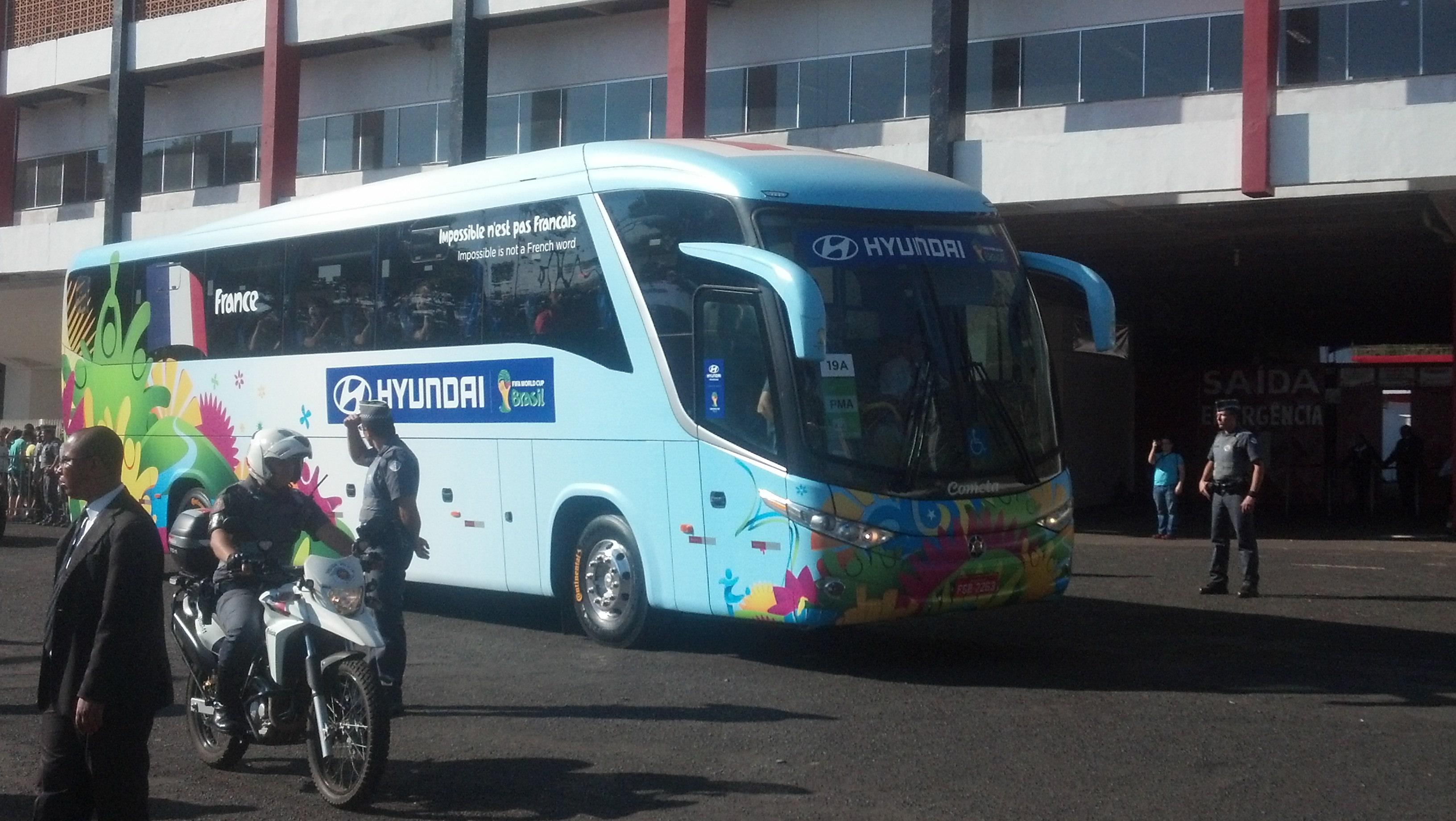 O ônibus decorado para a França deixa o estádio