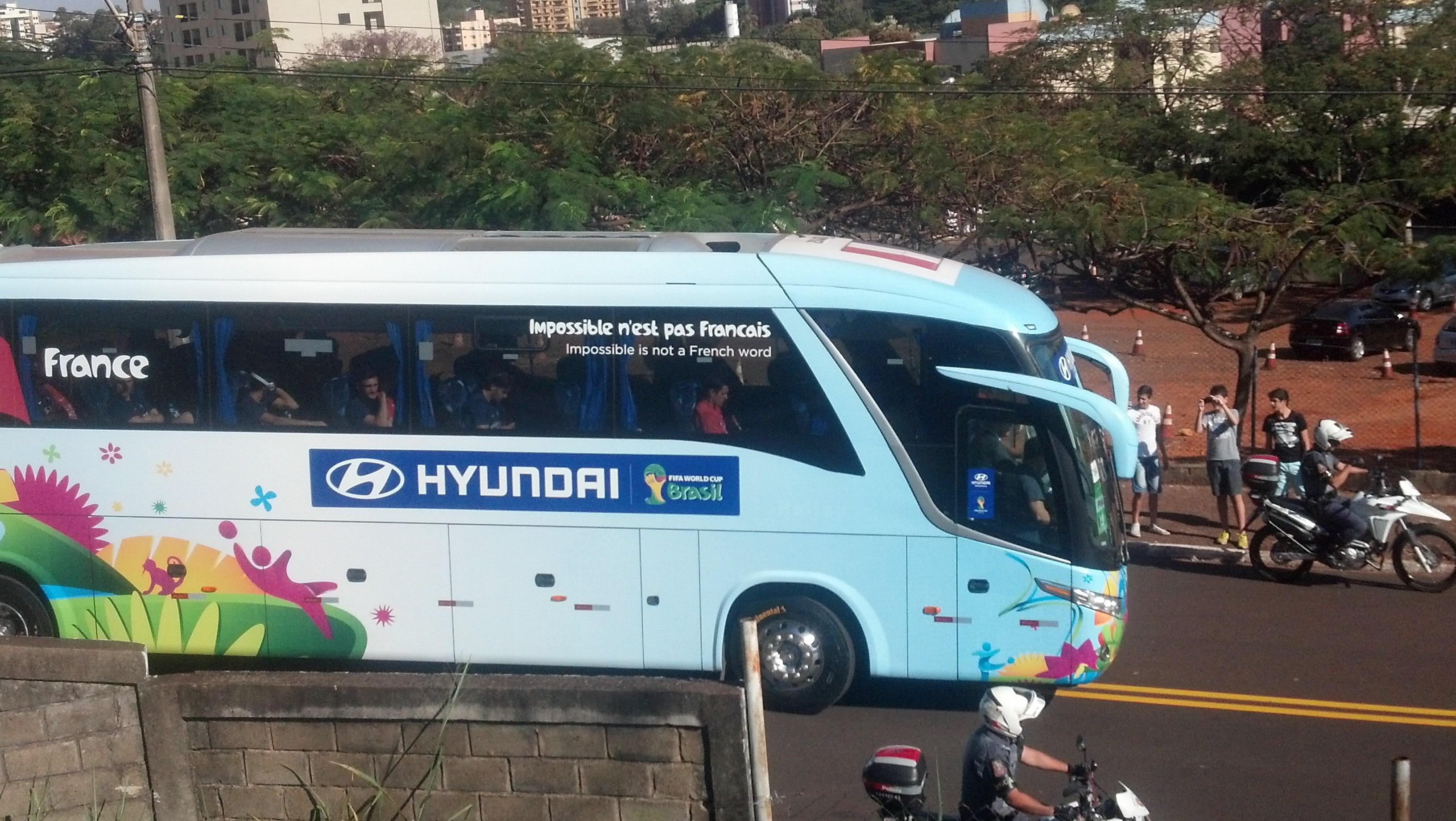 Acima do símbolo da Hyundai, identificamos o goleiro e capitão Lloris