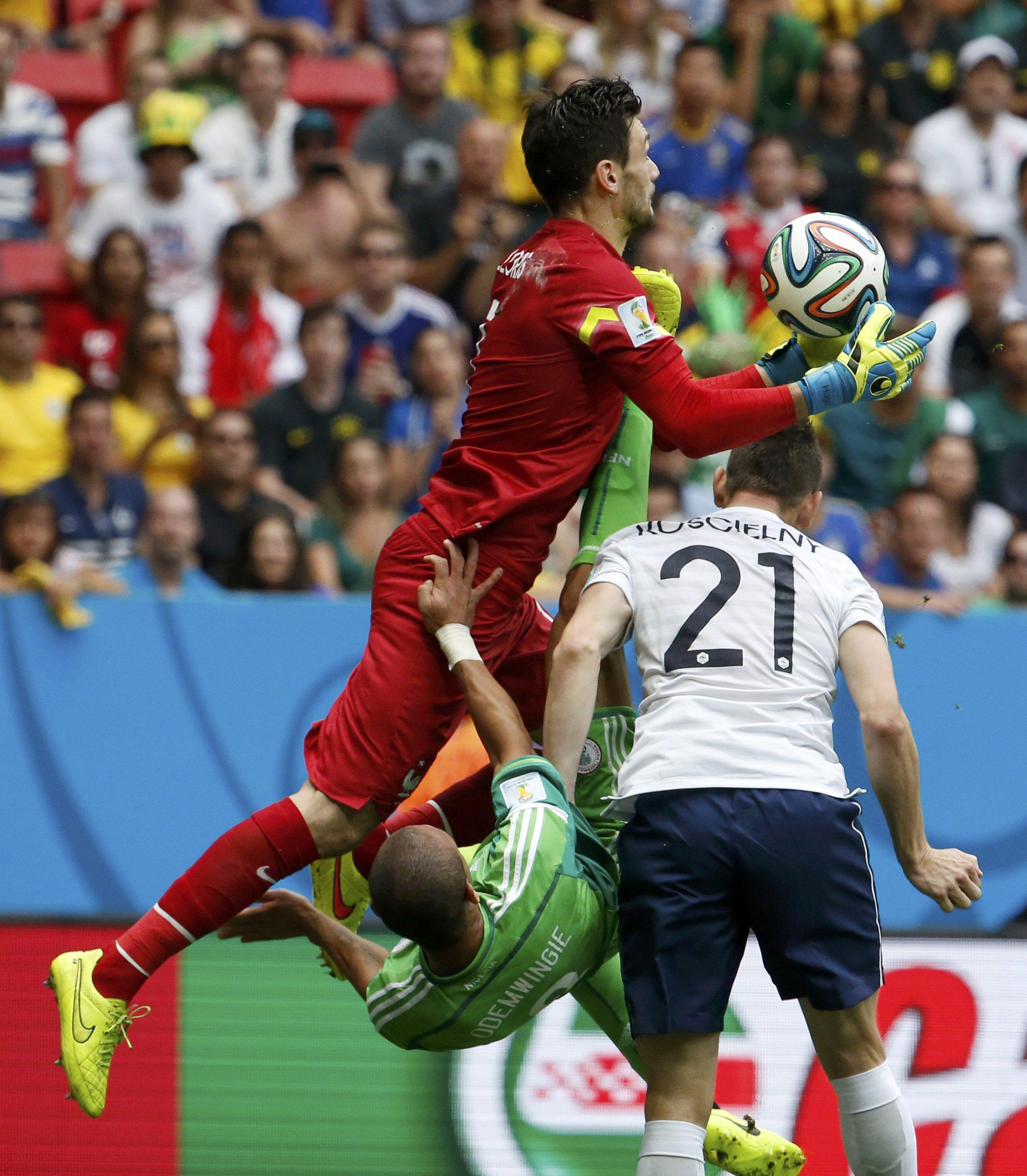 Uma das saídas do goleiro francês no primeiro tempo, preferindo encaixar a bola do que socar (Reuters)