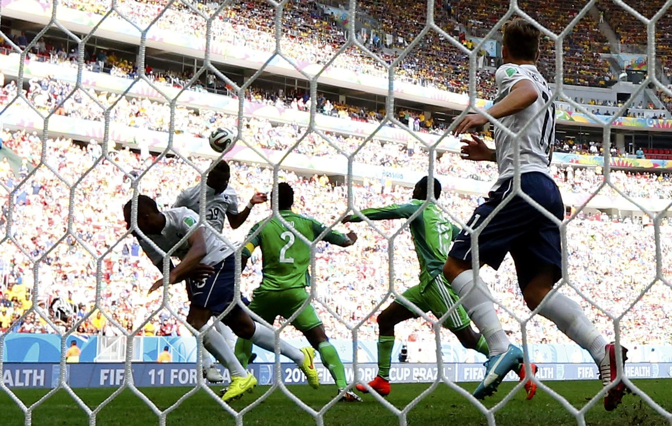 Vem, Brazuca, vem que eu te espero no primeiro gol francês no Mané Garrincha! (Reuters)