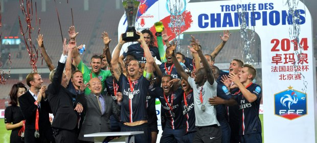 Ibrahimovic levanta a taça no Estádio dos Trabalhadores, em Pequim (lfp.fr)