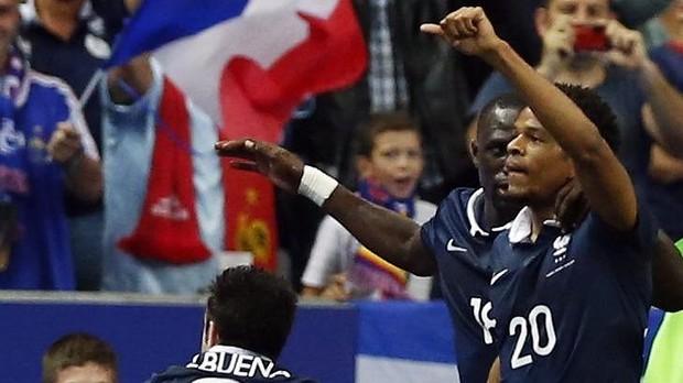 Autor do gol decisivo, Loic Remy recebe cumprimento de Moussa Sisoko