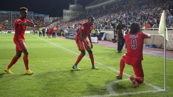 Cavani repetiu, contra o APOEL, a comemoração do gol contra o Caen, mas dessa vez, ufa, não foi expulso!