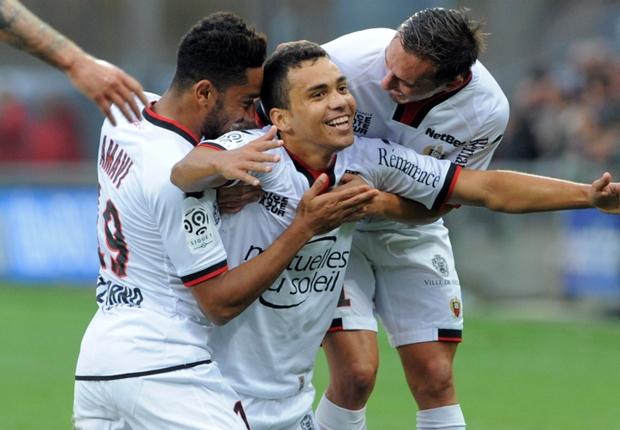 O goleador da rodada, Carlos Eduardo, foi bastante festejado pelos colegas do Nice na goleada sobre o Guingamp