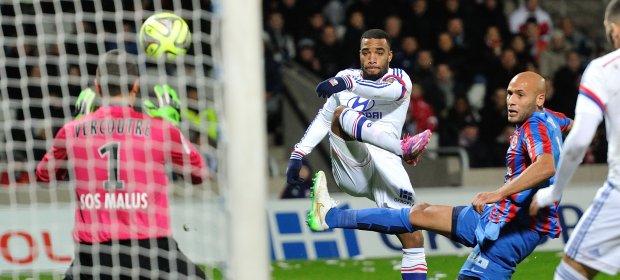 Alexandre Lacazette marcou dois dos três gols lioneses contra o Caen e foi a 15, consolidando-se no posto de maior artilheiro desta Ligue 1 até aqui (Photo: Panoramic/site L1) Panoramic L1 FR