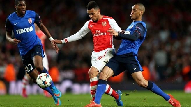 Kondogbia e Fabinho cercam o francês Coquelin, do Arsenal: improvisado na volância, o lateral-direito brasileiro foi muito bem ao lado do colega francês no Emirates Stadium