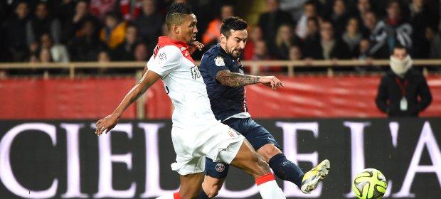 """O brasileiro Wallace, de branco, disputa bola com o argentino Lavezzi, no sexto empate seguido dos """"europeus"""" Monaco e Paris Saint-Germain na L1"""